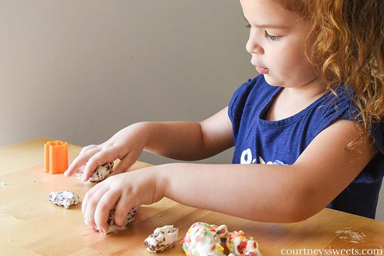 Make this Marshmallow Play Dough recipe for Mini Chef Mondays! Easy DIY Craft fun for kids.